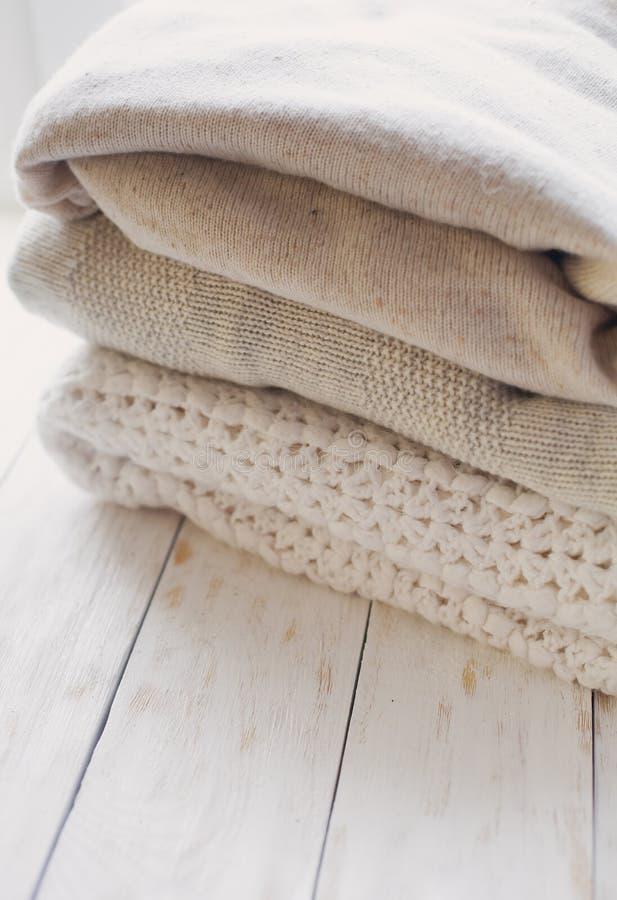 Стог уютных связанных свитеров стоковое изображение rf