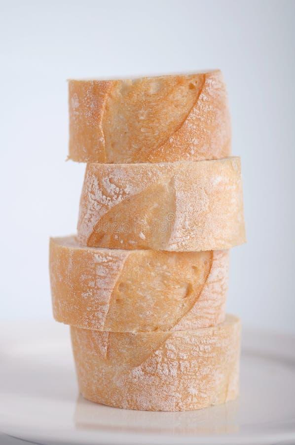 Стог хлеба вырезывания на плите стоковое фото rf