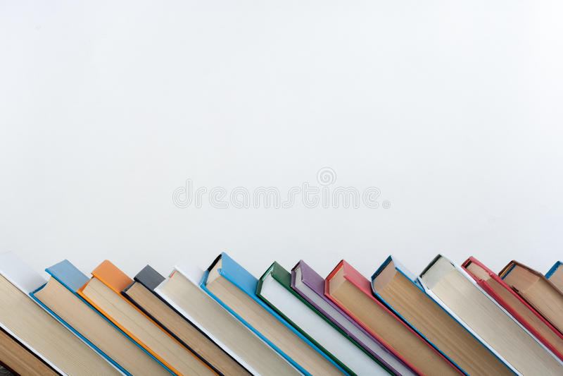 Стог цветастых книг Предпосылка образования задняя школа к Книга, книги hardback красочные на деревянном столе Образование стоковое фото rf