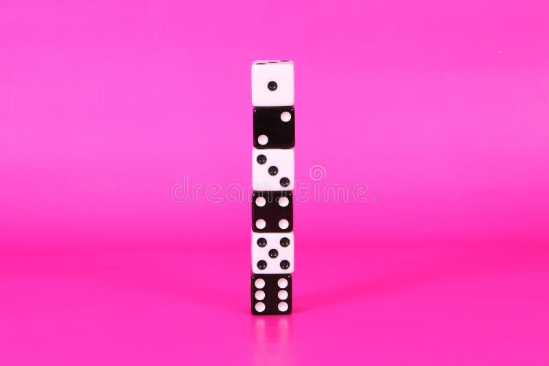 Стог 6 черно-белого dices стоковые изображения