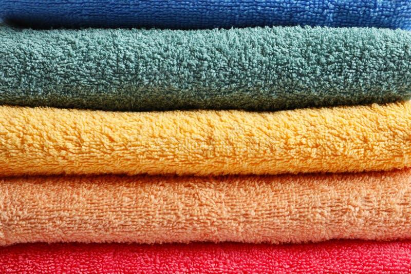 Стог чистых красочных полотенец Terry стоковая фотография
