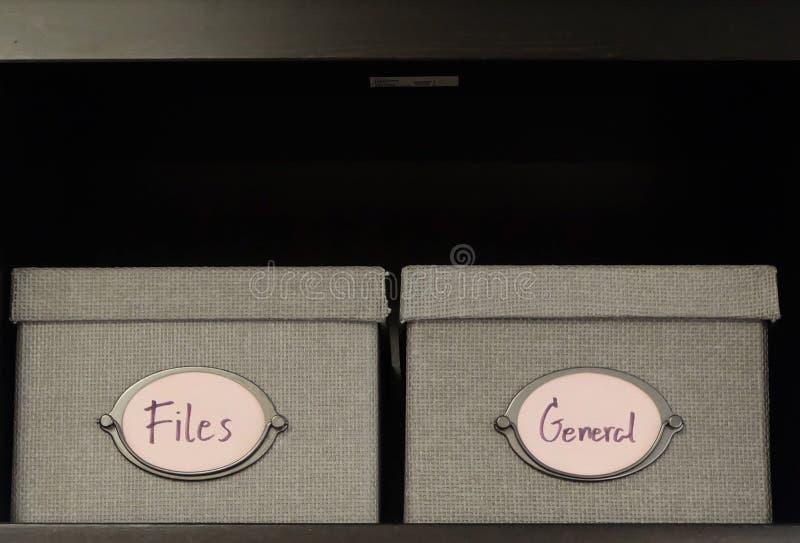 Стог ящиков для хранения офиса на Shalf стоковое изображение rf