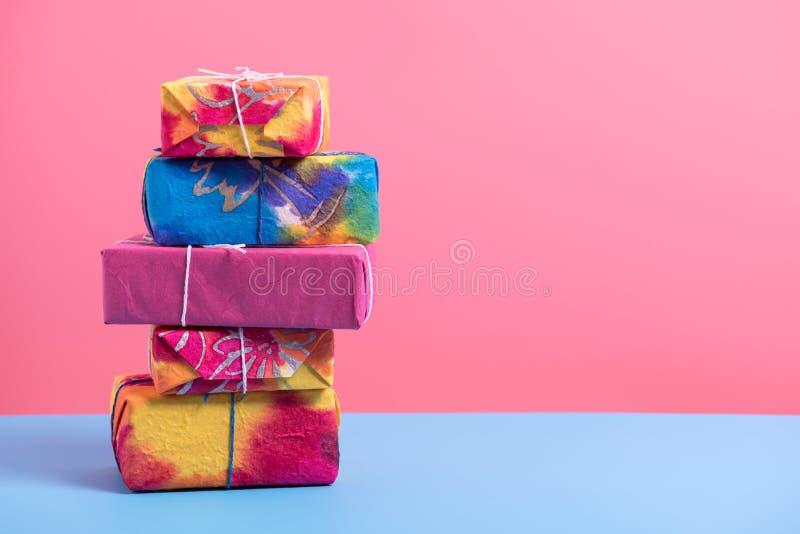 Стог giftbox на голубой и розовой бумаге, минимальном backgrou стиля стоковые фото