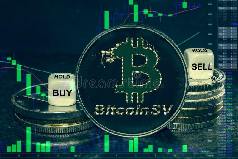 Стог sv bitcoin bsv cryptocurrency монетки монеток и кости Диаграмма, который нужно купить, надувательство обменом, держит стоковое фото rf