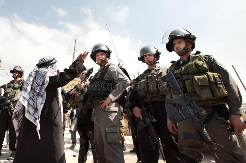 стоит против израильских воинов палестинца человека стоковое изображение rf