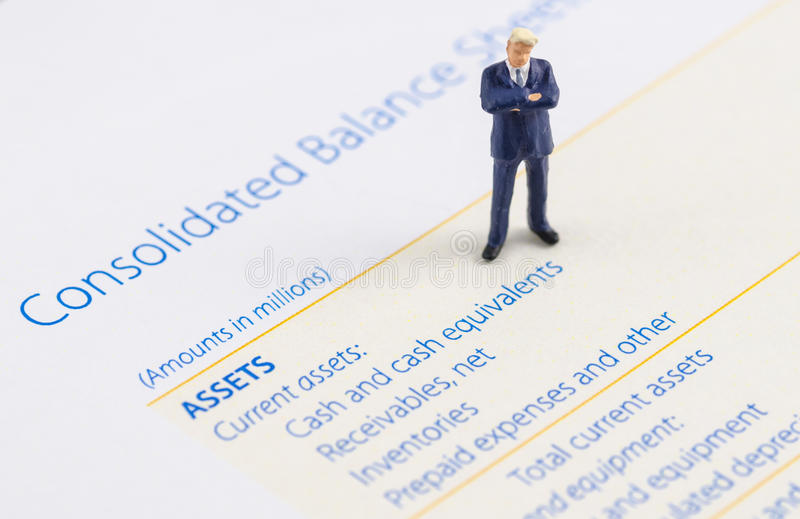 Стойка бизнесмена на балансе активов и пассивов стоковая фотография rf