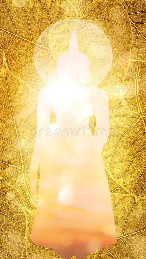 Стойка Будды на двойной экспозиции или silhou предпосылки boleaf золота иллюстрация штока