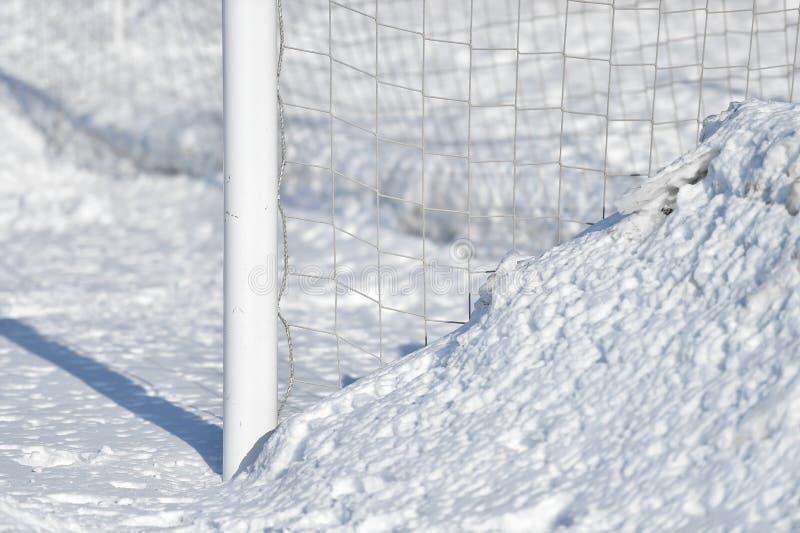 Стойка ворот и снег футбола стоковые фотографии rf