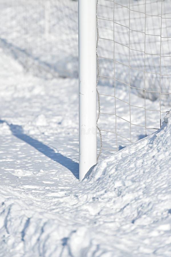 Стойка ворот и снег футбола стоковое изображение