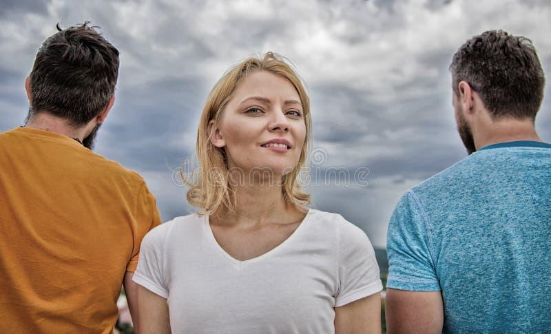 Стойка девушки в людях фронта 2 безликих Самые лучшие черты большего парня Как скомплектовать лучший парня Девушка думая кому стоковое фото rf