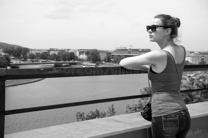 Стойка девушки или женщины на Реке Висла в krakow, Польше стоковое изображение rf