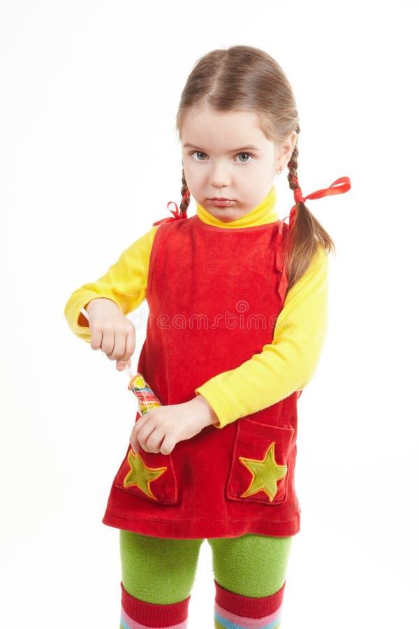 стойка девушки конфеты стоковые фотографии rf