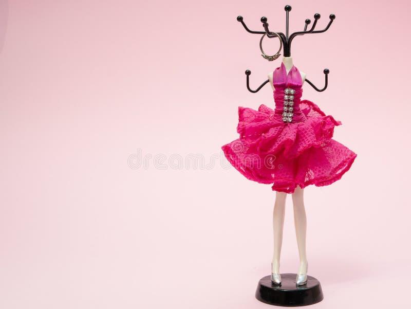 Стойка для аксессуаров женщины девушек как кольца, серьги, серьги стоковые изображения rf