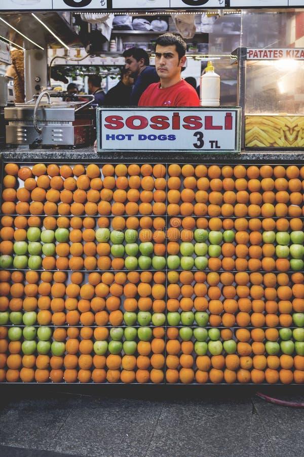 Стойка еды в Eminonu Стамбуле стоковые фотографии rf