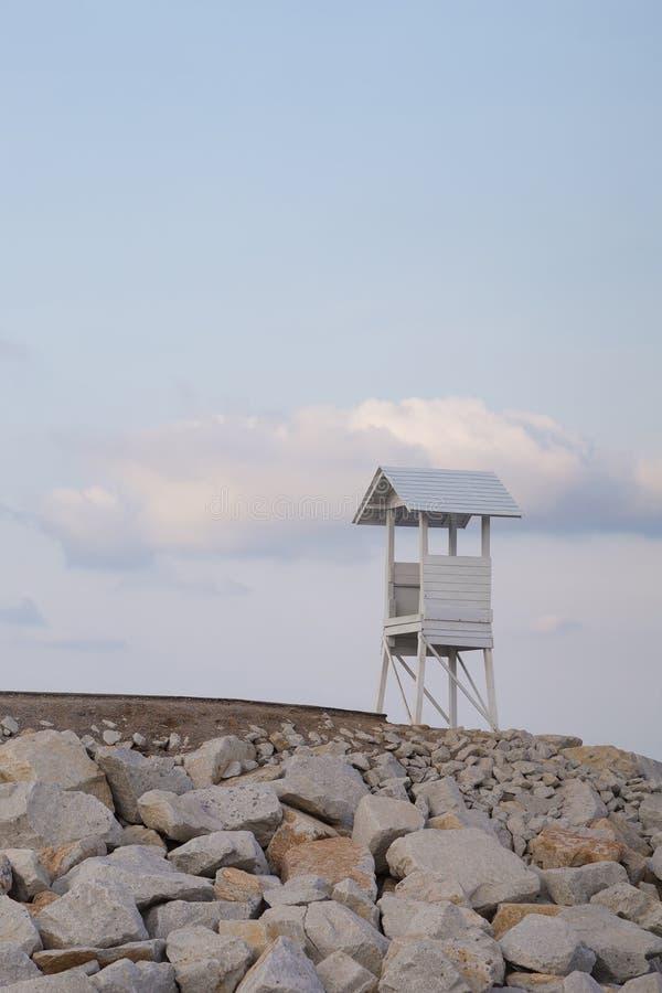 Стойка личной охраны над скалистой береговой линией стоковое изображение rf