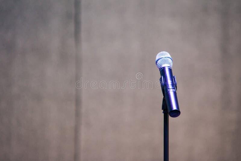 Стойка и микрофон на этапе фестиваля стоковое изображение