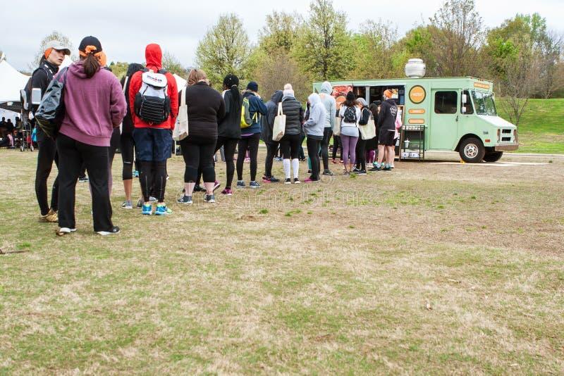 Стойка людей в длинной очереди к заказу от тележки еды стоковая фотография rf