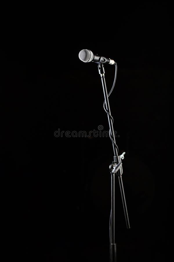 Стойка микрофона, голос микрофона, крупный план mic Караоке, концерт, музыка голоса Вокальный аудио mic на черной предпосылке стоковая фотография