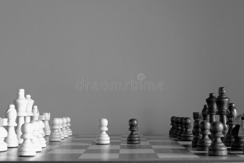 Стойка пешки друг против друга Игра шахматной доски Сражение начать Черно-белый для концепции стратегии бизнеса и конкуренции стоковые изображения rf