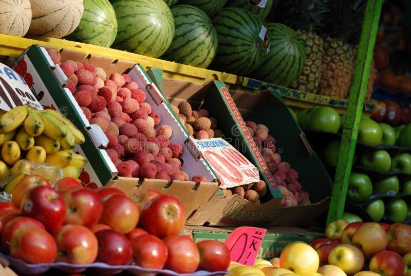 Стойка плодов в мексиканском рынке стоковые изображения