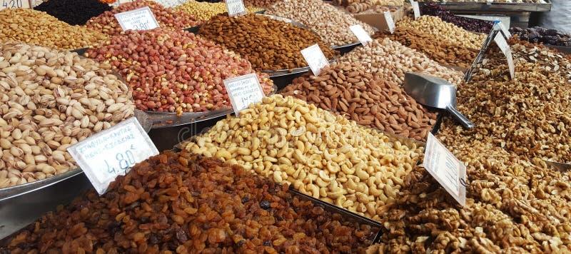 Стойка с различными видами гаек на рынке в Афина, Греции стоковое фото