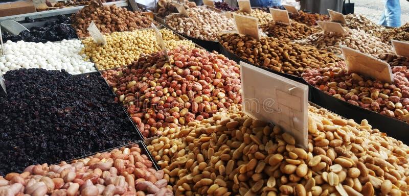 Стойка с различными видами гаек на уличном рынке в Афина, Греции стоковые фото
