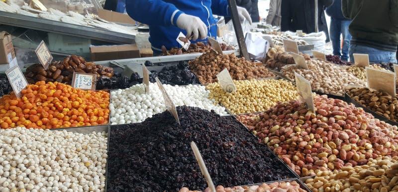 Стойка с различными видами гаек на уличном рынке в Афина, Греции стоковая фотография rf