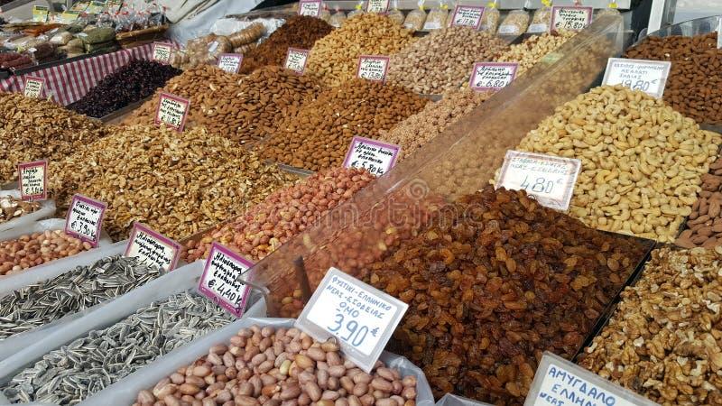 Стойка с различными видами гаек на уличном рынке стоковое изображение rf