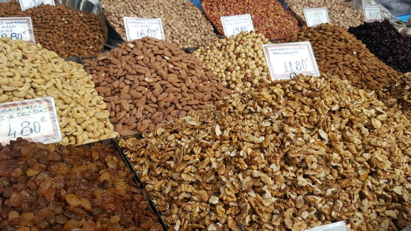 Стойка с различными видами гаек на уличном рынке стоковое изображение