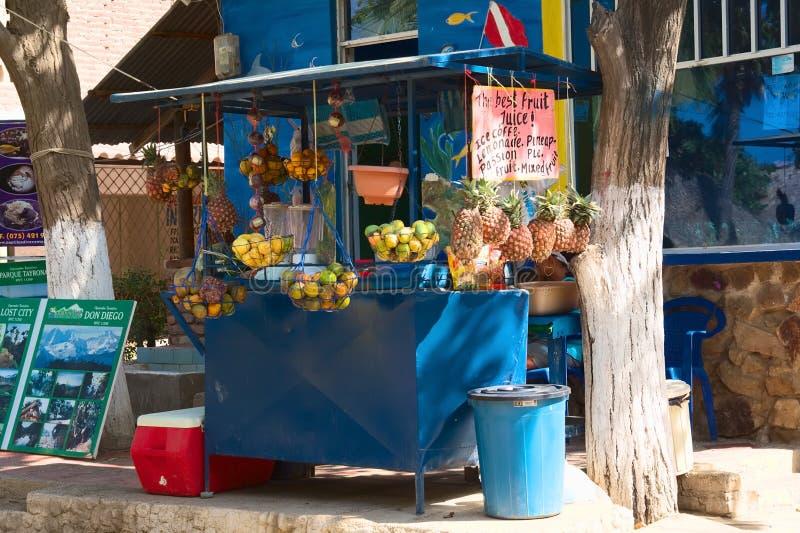 Стойка фруктового сока в Taganga, Колумбии стоковые фотографии rf