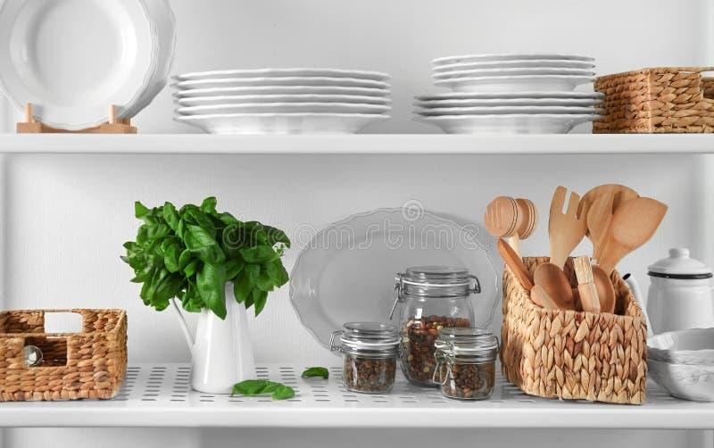 Стойка хранения с kitchenware, стоковое изображение
