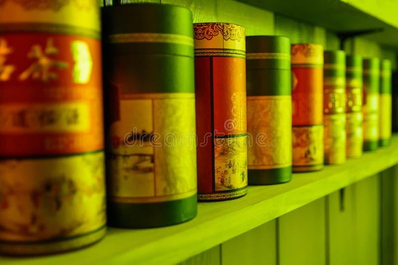 Стойка чая упаковывая в ряд на полке стоковое изображение rf