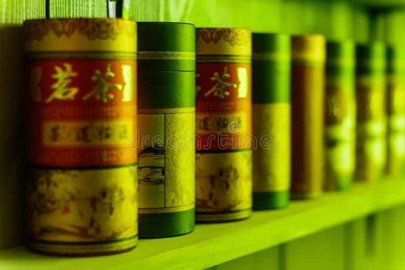 Стойка чая упаковывая в ряд на полке стоковая фотография rf