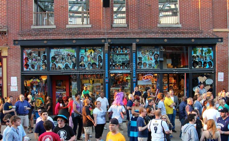 Стойка людей перед настенной росписью музыки син на улице Beale мира известной исторической стоковые изображения