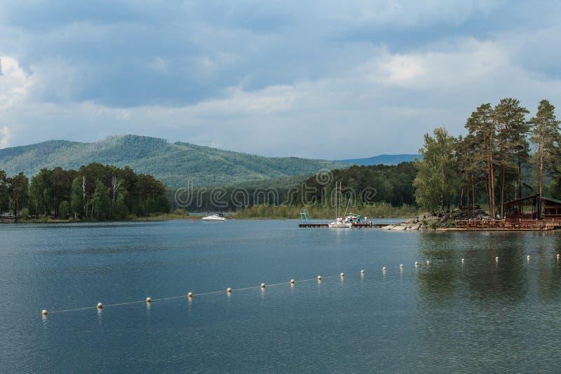 Стойка яхт на доке на озере стоковая фотография rf