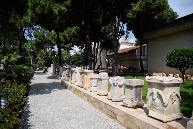 Стойки для столбцов и алтары в античных барельеф в музее древностей antiqualia стоковые изображения rf