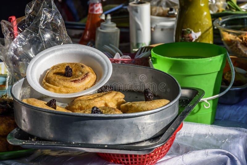 Стойл еды улицы продавая torrejas традиционный десерт, Антигуа, Гватемала стоковое изображение