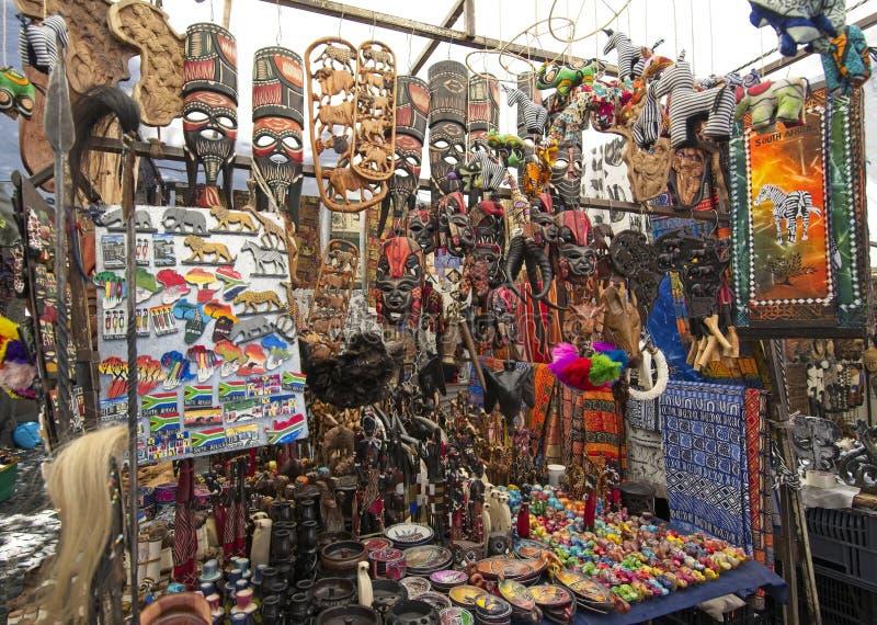 Стойл квадрата Greenmarket с handmade африканскими curios стоковое фото rf