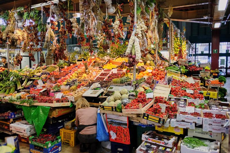 Стойл плода в итальянском продовольственном рынке рынка города стоковое фото