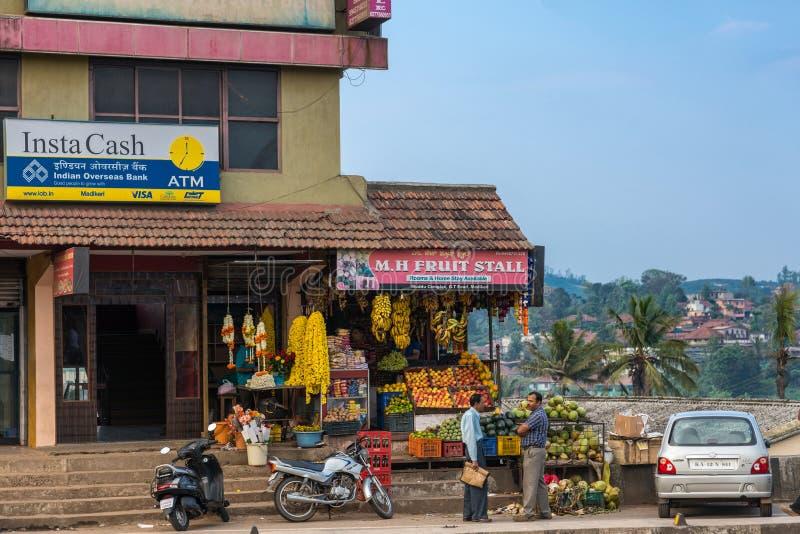 Стойл плодоовощ на угле здания в Madikeri, Индии стоковые фото