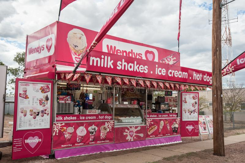 Стойл уличного торговца Wendys продавая холодные напитки, milkshakes и smoothies на параде стоковые фото