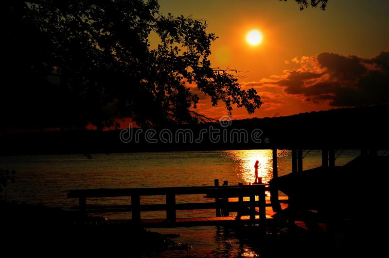 Стойте вверх заход солнца силуэта женевского озера доски затвора стоковое фото rf