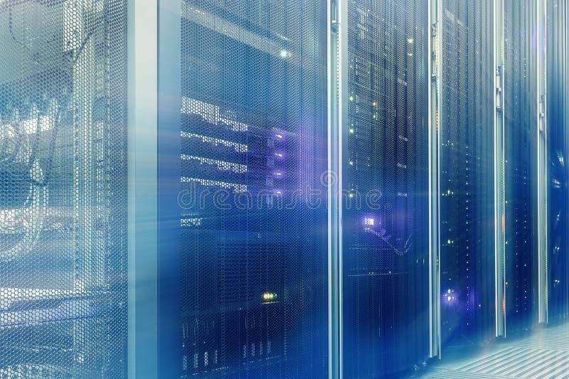 Стойте с оборудованием и освещением сервера в нерезкости движения комнаты сервера стоковые фото
