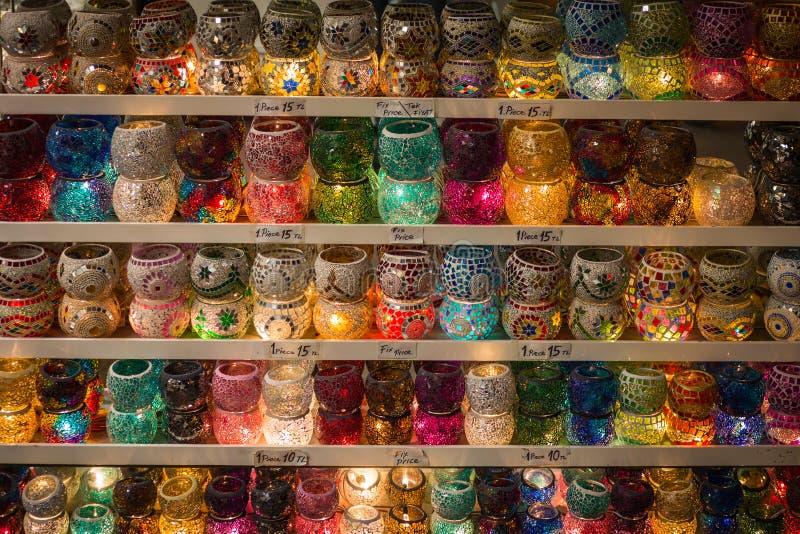 Download Стойте с стеклянными держателями для свечи мозаики, Стамбулом, грандиозным базаром Стоковое Изображение - изображение насчитывающей грандиозно, arawak: 81811679