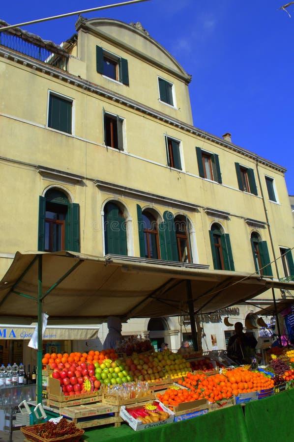 Стойл плодоовощ на улице Венеции стоковая фотография rf