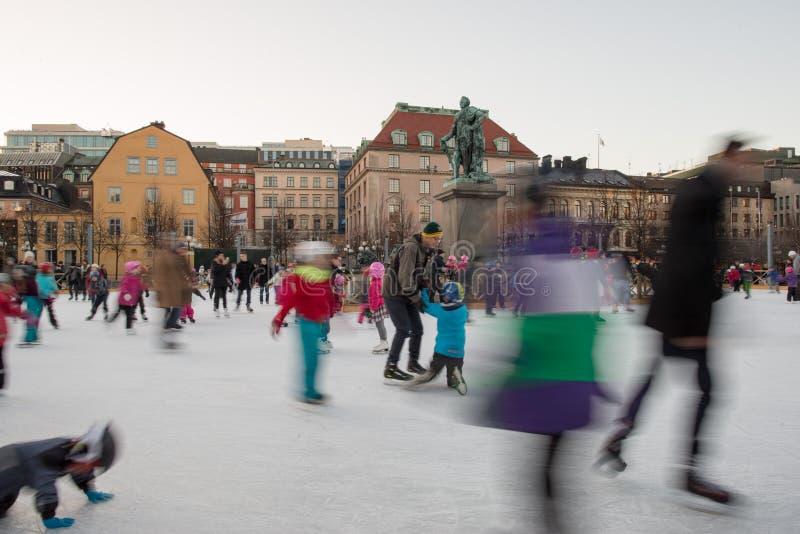 СТОКГОЛЬМ, ШВЕЦИЯ - 29-ое декабря 2013, люди пока катание на коньках в месте основы Стокгольма стоковое фото