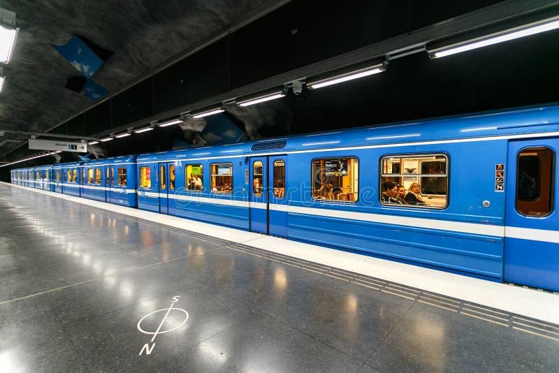 СТОКГОЛЬМ, ШВЕЦИЯ - 22nd из мая 2014 взгляд поезда на станции метро, Стокгольм, Швеция стоковая фотография rf