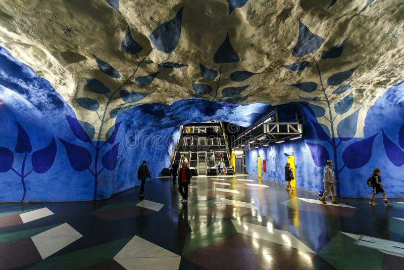 СТОКГОЛЬМ, ШВЕЦИЯ - 22nd из мая 2014 Станция метро T-Centralen Стокгольма подземная - одна из самой красивой станции метро, стоковая фотография rf