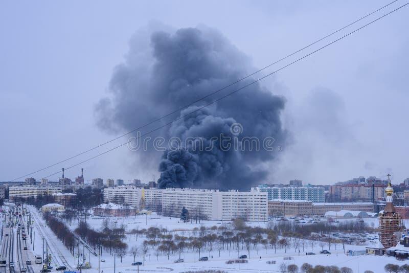 Столбец дыма от огня стоковая фотография rf