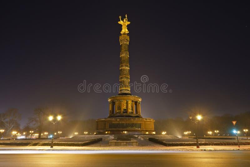 Столбец победы Берлина на ноче стоковое фото rf
